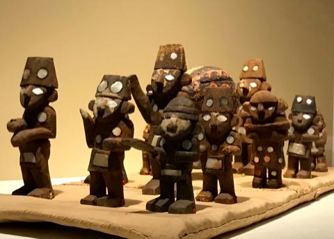 木製の葬送行列のミニチュア模型
